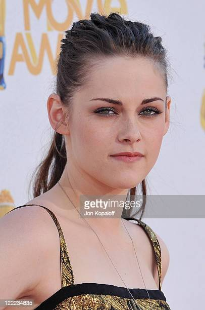 Actress Kristen Stewart arrives at the 2010 MTV Movie Awards Arrivals at Gibson Amphitheatre on June 6, 2010 in Universal City, California.