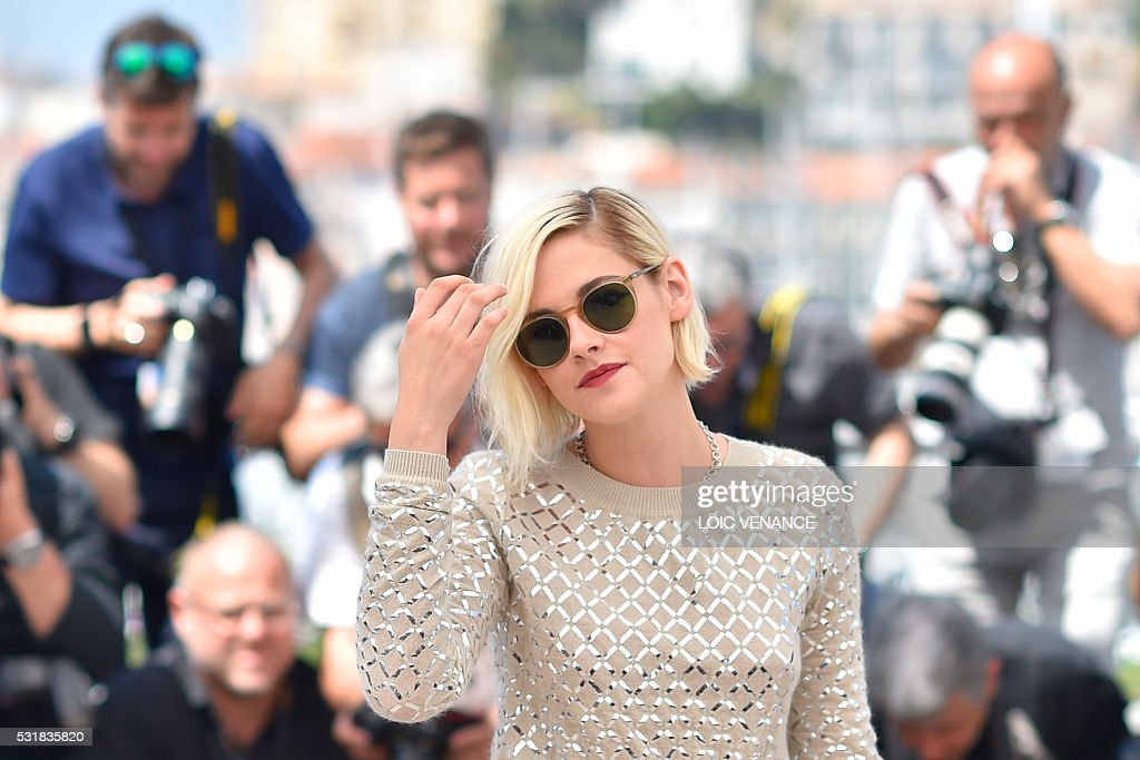 TOPSHOT - US actress Kristen Stewart poses on May 17, 2016 during a photocall for the film 'Personal Shopper' at the 69th Cannes Film Festival in Cannes, southern France. / AFP / LOIC