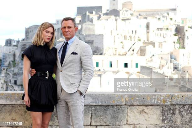 "Actress Léa Seydoux and actor Daniel Craig pose as they arrive on set of the James Bond last movie ""No Time To Die"" on September 09, 2019 in Matera,..."