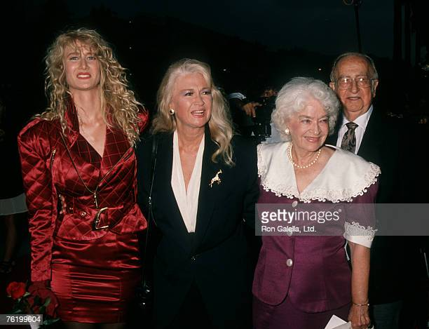 Actress Laura Dern Diane Ladd and parents Preston Lanier and Mary Lanier attending the premiere of Wild At Heart on August 13 1990 at the Cinerama...
