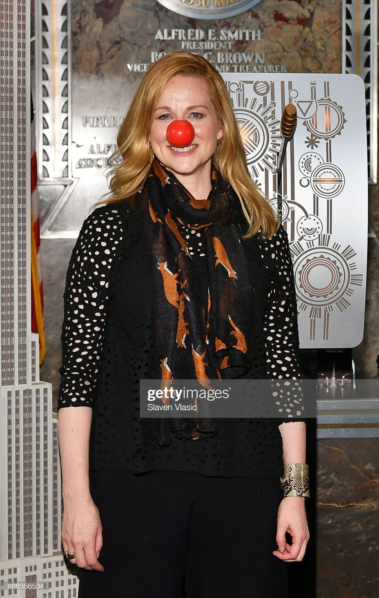 ¿Cuánto mide Laura Linney? - Altura - Real height Actress-laura-linney-lights-the-empire-state-building-in-honor-of-red-picture-id688356534?s=2048x2048