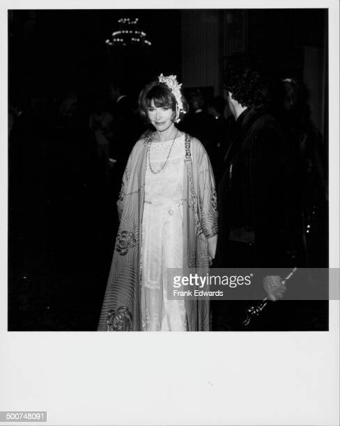 Actress Lee Grant attending the Academy Awards her husband Joe Feury stands next to her holding her Best Supporting Actress Award Los Angeles March...