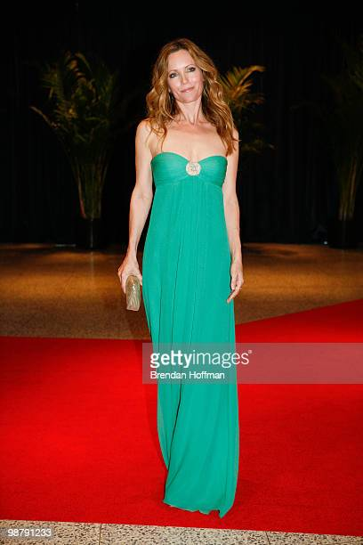 Actress Leslie Mann arrives at the White House Correspondents' Association dinner on May 1 2010 in Washington DC The annual dinner featured comedian...