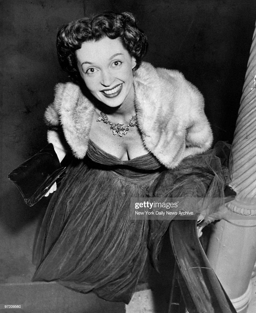 Actress Lilli Palmer ascends a grand staircase on arrival at : Nachrichtenfoto