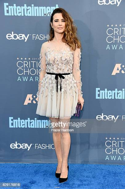 Actress Linda Cardellini attends The 22nd Annual Critics' Choice Awards at Barker Hangar on December 11 2016 in Santa Monica California