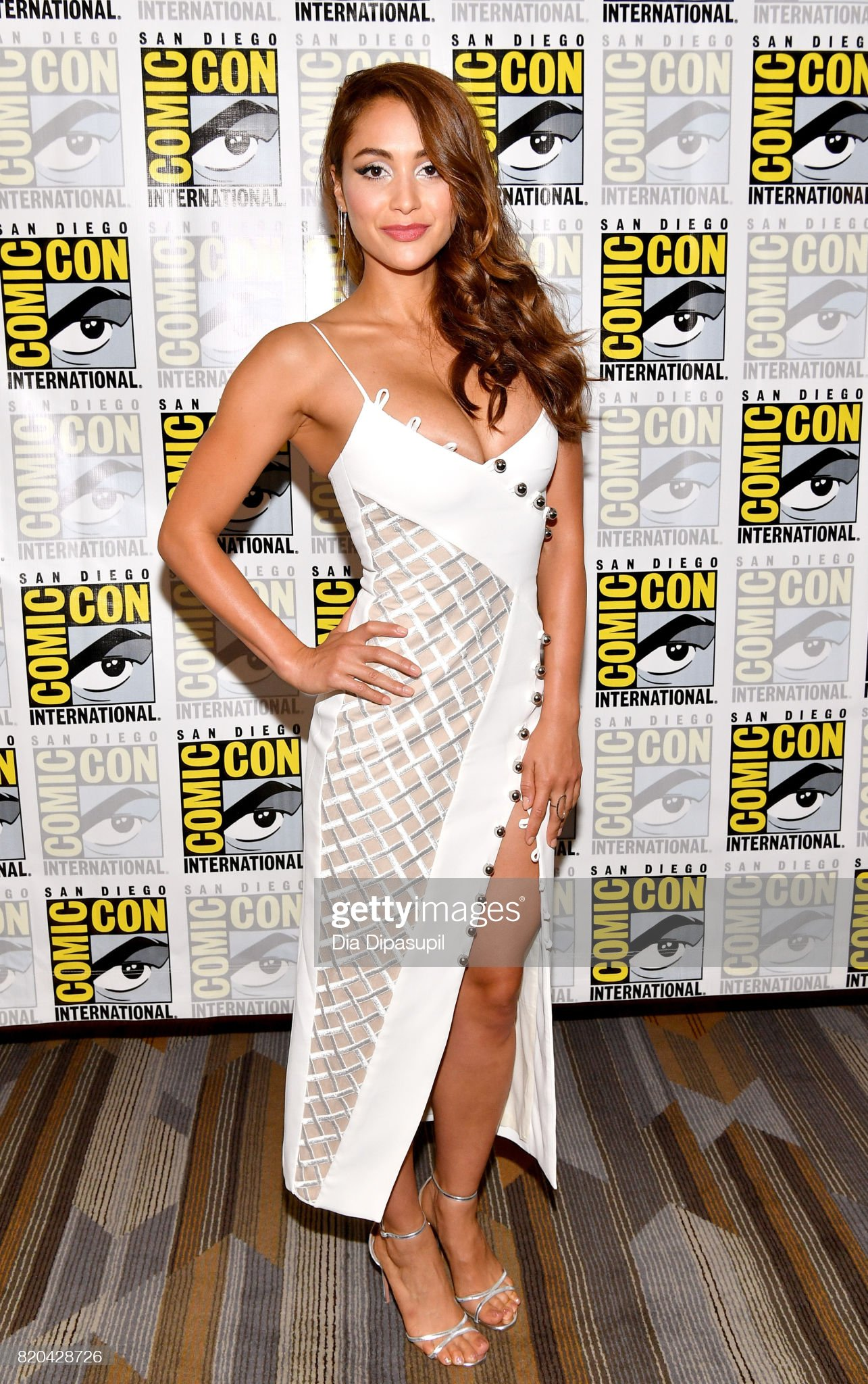 ¿Cuánto mide Lindsey Morgan? - Real height Actress-lindsey-morgan-at-the-100-press-line-during-comiccon-2017-at-picture-id820428726?s=2048x2048
