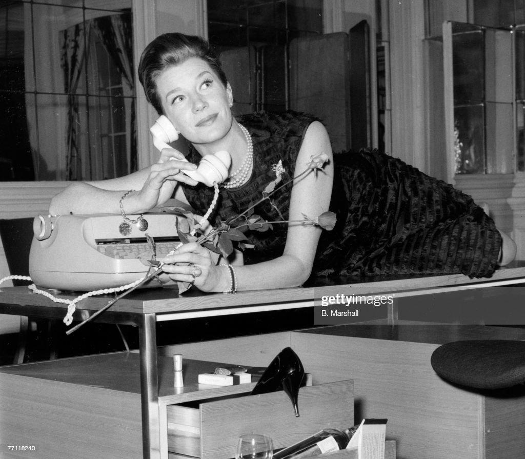 "FILE: Actress Lois Maxwell Famous As ""Moneypenny"" Dies : Nachrichtenfoto"