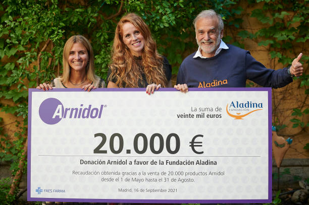 ESP: Arnidol And Maria Castro Deliver A Charity Check Donation To Aladina Foundation