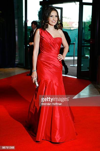 Actress Mariska Hargitay arrives at the White House Correspondents' Association dinner on May 1 2010 in Washington DC The annual dinner featured...