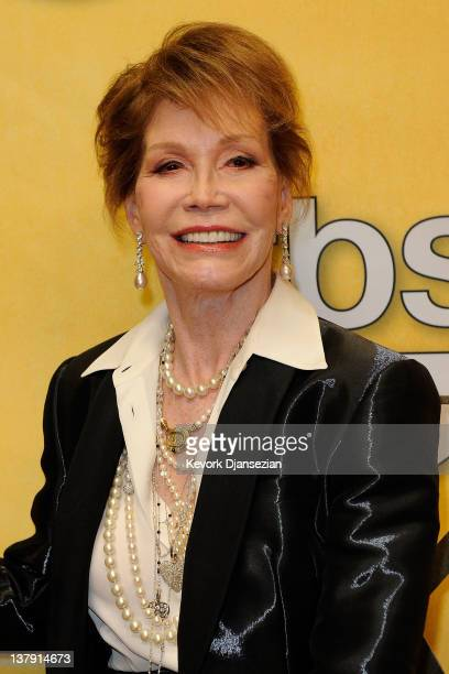 Actress Mary Tyler Moore poses with her Life Achievement Award from the Screen Actors Guild backstage at the 18th Annual Screen Actors Guild Awards...