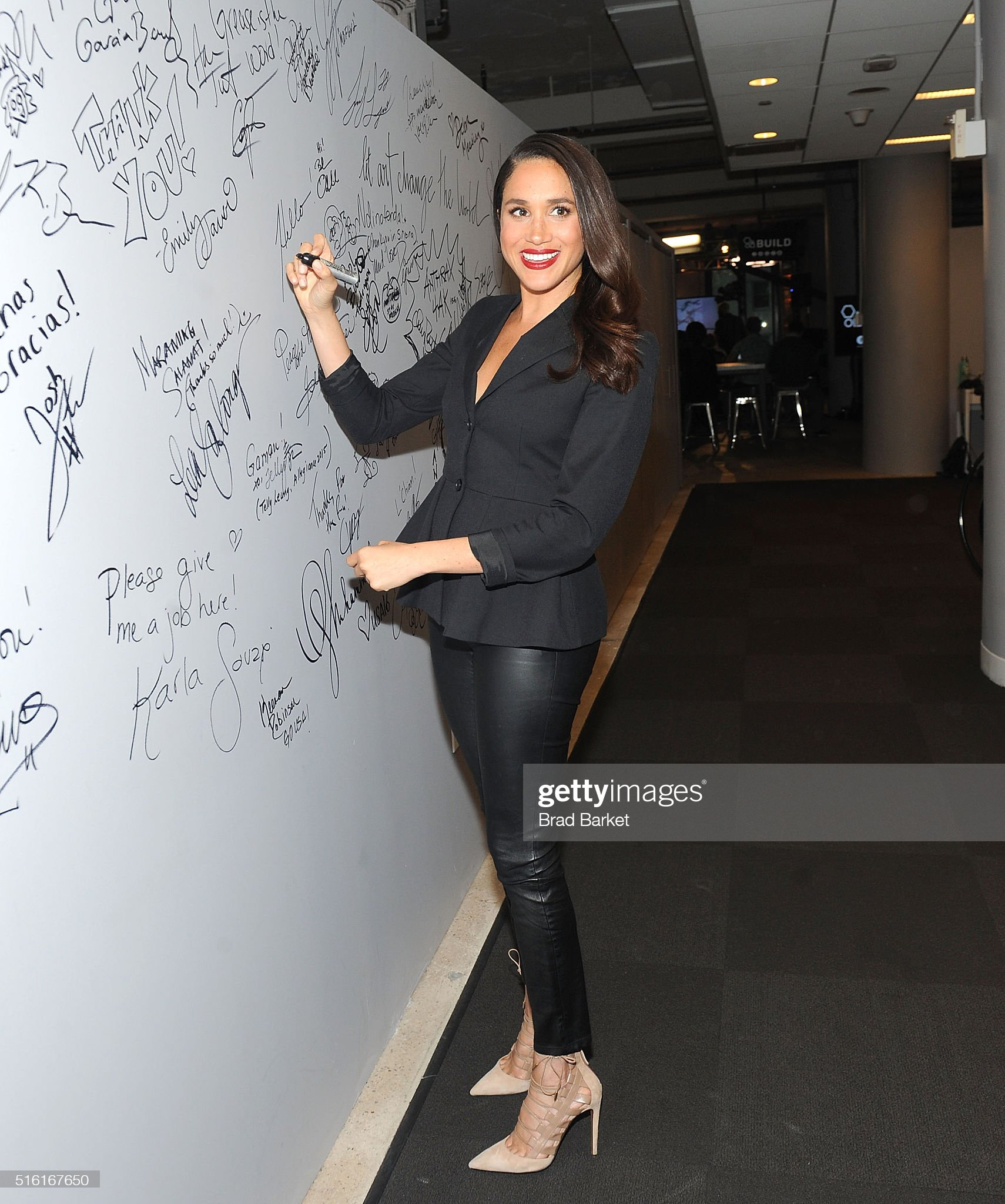 Meghan Markle - Página 2 Actress-meghan-markle-attends-aol-build-presents-suits-at-aol-studios-picture-id516167650?s=2048x2048