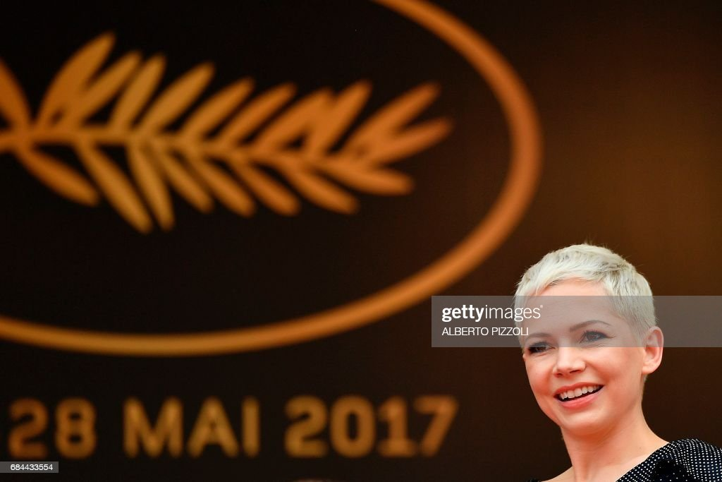 US actress Michelle Williams poses as she arrives on May 18, 2017 for the screening of the film 'Wonderstruck' at the 70th edition of the Cannes Film Festival in Cannes, southern France. / AFP PHOTO / Alberto PIZZOLI