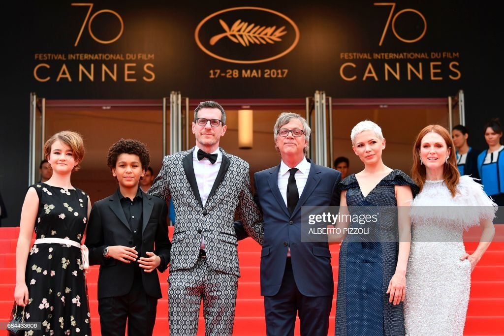 US actress Millicent Simmonds, US actor Jaden Michael, US writer/screenwriter Brian Selznick, US director Todd Haynes, US actress Michelle Williams and US actress Julianne Moore pose as they arrive on May 18, 2017 for the screening of their film 'Wonderstruck' at the 70th edition of the Cannes Film Festival in Cannes, southern France. / AFP PHOTO / Alberto PIZZOLI