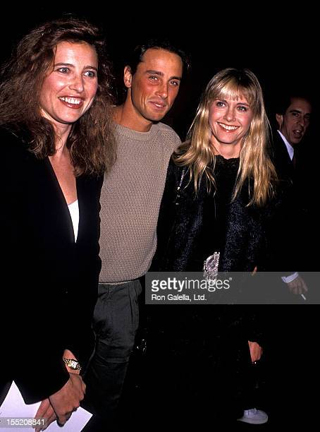 Actress Mimi Rogers singer Olivia NewtonJohn and husband Matt Lattanzi attend the War of the Roses Century City Premiere on December 4 1989 at 20th...