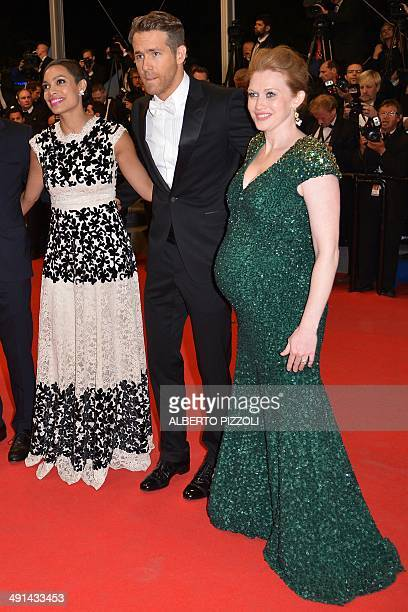 US actress Mireille Enos Canadian actor Ryan Reynolds and US actress Rosario Dawson pose as they arrive for the screening of the film Captives at the...