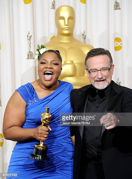 Actress Mo'Nique winner of Best Supporting Actress award for Precious Based on the Novel 'Push' by Sapphire and presenter actor Robin Williams pose...