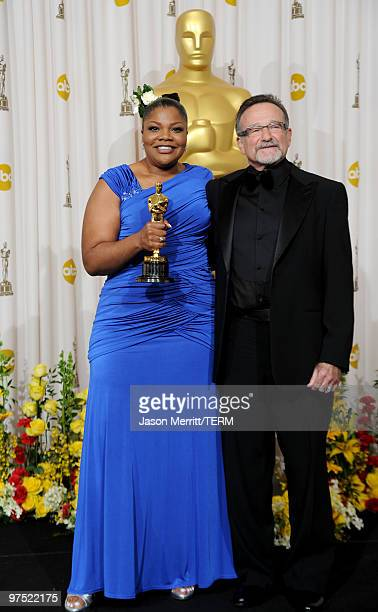 Actress Mo'Nique winner of Best Supporting Actress award for 'Precious Based on the Novel 'Push' by Sapphire' and presenter actor Robin Williams pose...