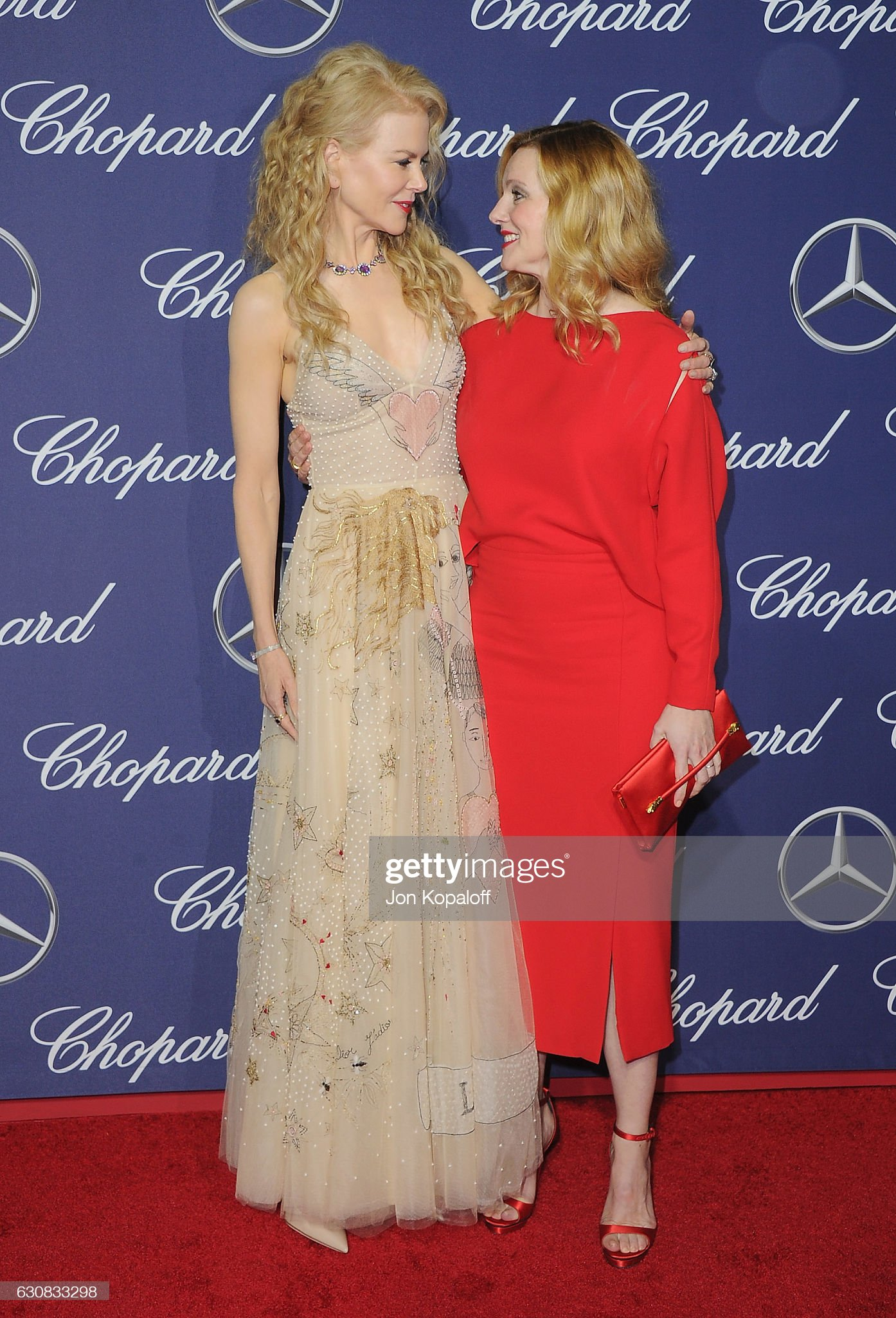 ¿Cuánto mide Laura Linney? - Altura - Real height Actress-nicole-kidman-and-actress-laura-linney-arrive-at-the-28th-picture-id630833298?s=2048x2048