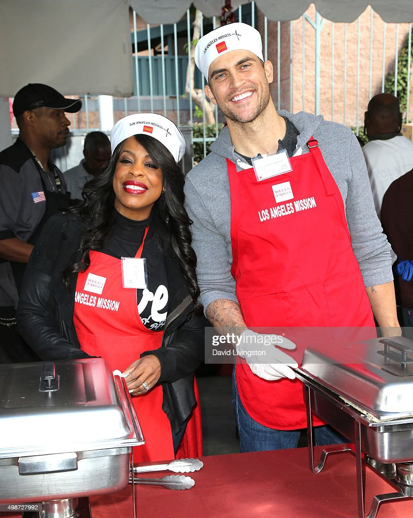 Actress Niecy Nash (L) and actor Cheyenne Jackson attend Thanksgiving for the Homeless at the Los Angeles Mission on November 25, 2015 in Los Angeles, California.