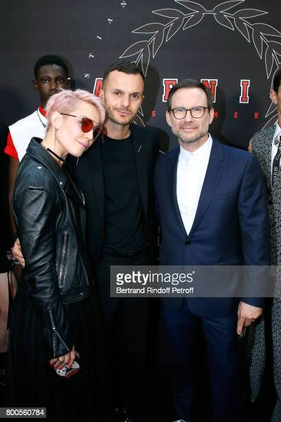 Actress Noomi Rapace Stylist Kris Van Assche and actor Christian Slater pose Backstage after the Dior Homme Menswear Spring/Summer 2018 show as part...