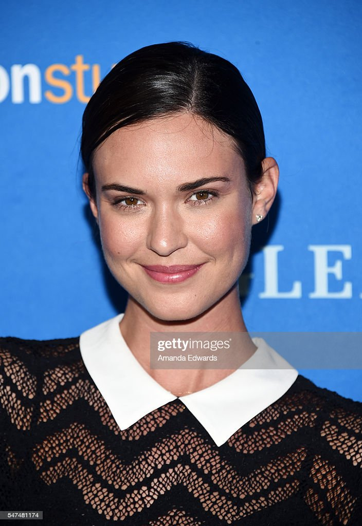 Actress Odette Annable Arrives At The Premiere Of Amazon Studiosu0027 U0027Gleasonu0027  At The