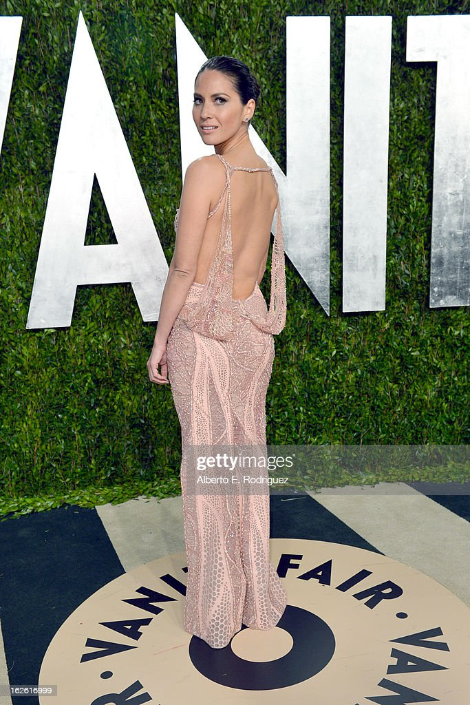 Actress Olivia Munn arrives at the 2013 Vanity Fair Oscar Party hosted by Graydon Carter at Sunset Tower on February 24, 2013 in West Hollywood, California.