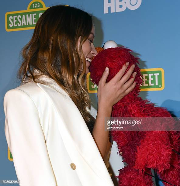 Actress Olivia Wilde poses with Elmo during the HBO Winter 2016 TCA reception at Langham Hotel on January 7, 2016 in Pasadena, California.