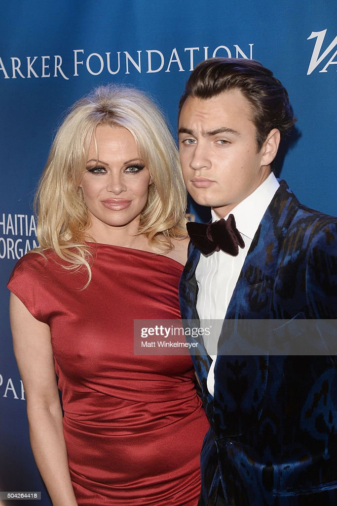 Actress Pamela Anderson arrives at the 5th Annual Sean Penn & Friends HELP HAITI HOME Gala benefiting J/P Haitian Relief Organization at Montage Hotel on January 9, 2016 in Beverly Hills, California.
