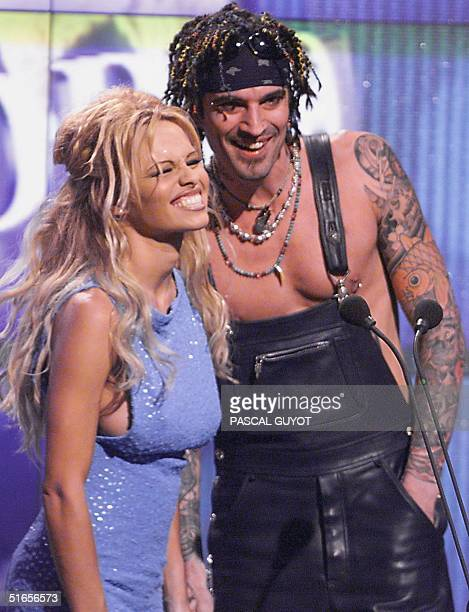 US actress Pamela Anderson avec her husband US rocker Tommy Lee present 06 May 1999 in Monaco the World Music Awards ceremony for best record sales