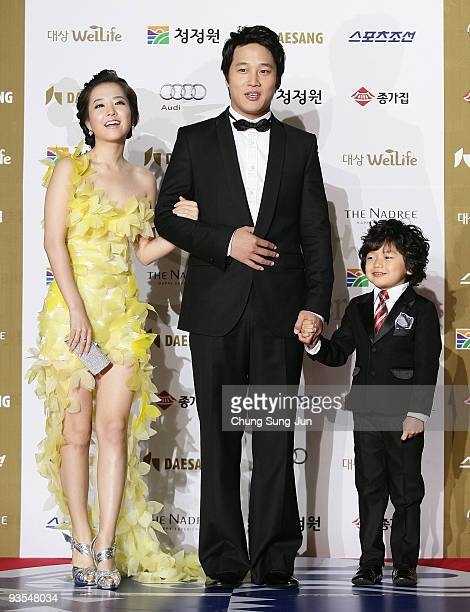 Actress Park Bo-Young and actor Cha Tae-Hyun arrive for the 30th Blue Dragon Film Awards at the Korean Broadcasting System on December 2, 2009 in...