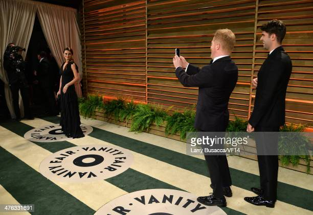 Actress Penelope Cruz actorJesse Tyler Ferguson and Justin Mikita attend the 2014 Vanity Fair Oscar Party Hosted By Graydon Carter on March 2 2014 in...