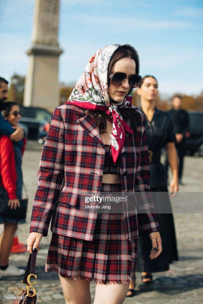 Street Style : Day Two -  Paris Fashion Week - Womenswear Spring Summer 2022 : Nachrichtenfoto
