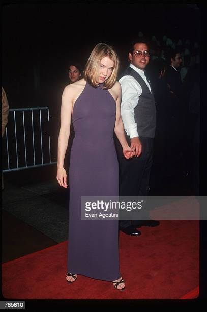 Actress Renee Zellweger and an unidentified man attend the premiere of the film Jerry Maguire at Pier 88 December 6 1996 in New York City The film...