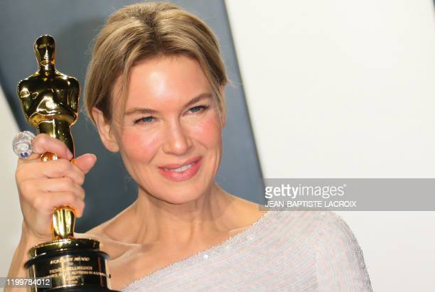 "Actress Renee Zellweger holds her Oscar for Best Actress for ""Judy"" as she attends the 2020 Vanity Fair Oscar Party following the 92nd Oscars at The..."