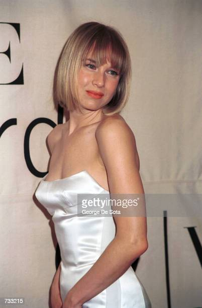 Actress Renee Zellweger poses for photographers backstage at the VH1 2000 Fashion Awards October 20 2000 in New York City