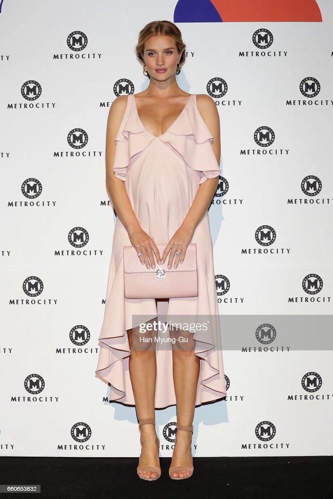 "Rosie Huntington-Whiteley Appears At ""Metrocity"" - Photocall - HERA Seoul Fashion Week F/W 2017 : News Photo"