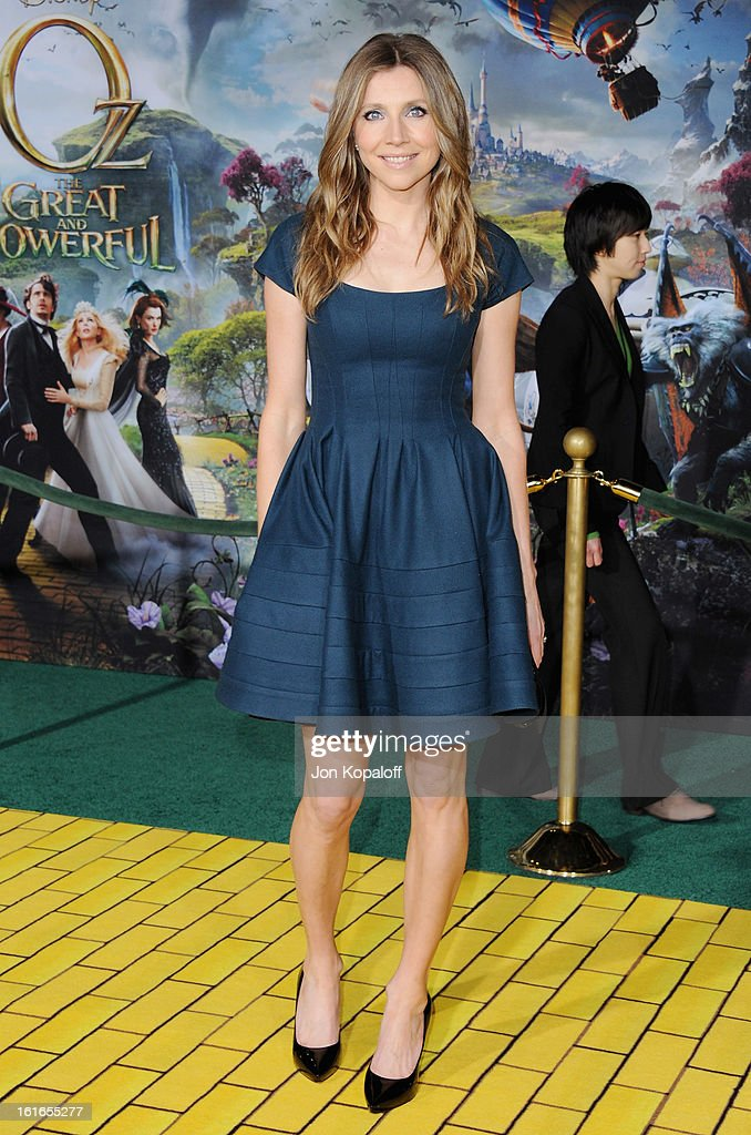 Actress Sarah Chalke arrives at the Los Angeles Premiere 'Oz The Great and Powerful' at the El Capitan Theatre on February 13, 2013 in Hollywood, California.