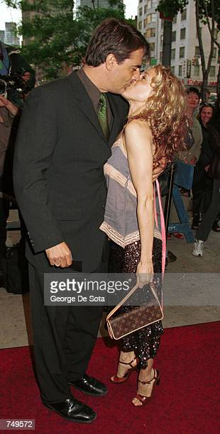 Actress Sarah Jessica Parker receives a kiss from actor Chris Noth as they attend the Home Box Office Premiere of Sex And the City May 30 2000 at the...