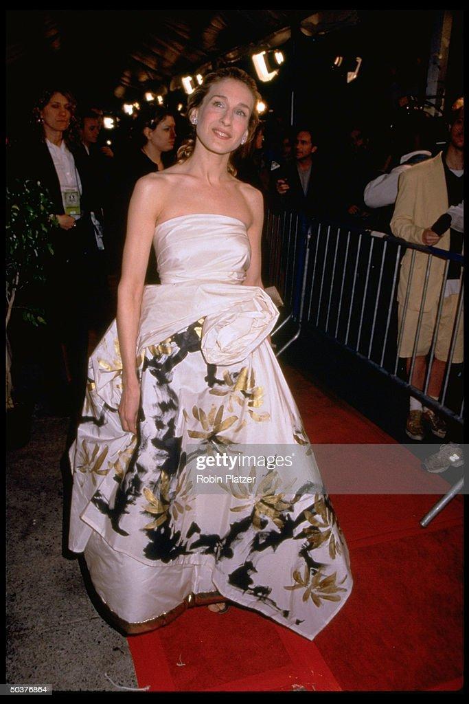Actress Sarah Jessica Parker wearing Comme des Garcons evening gown ...