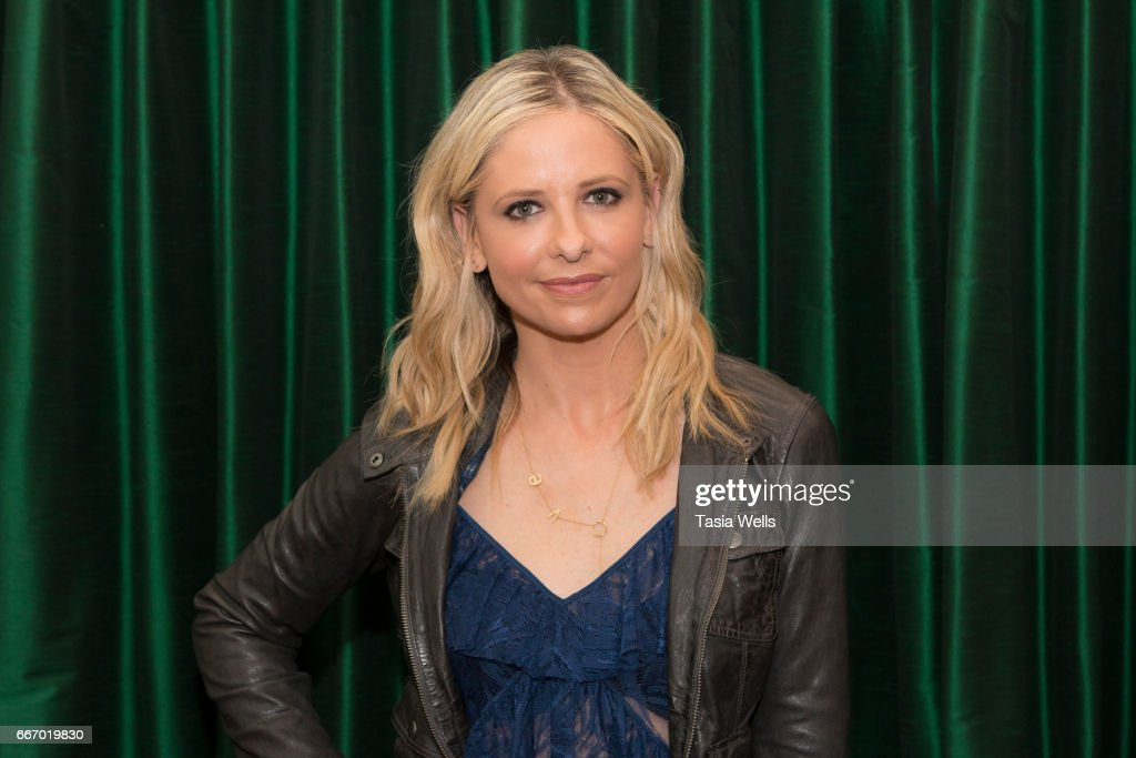 """Sarah Michelle Gellar Book Signing For """"Stirring Up Fun With Food: Over 115 Simple, Delicious Ways To Be Creative In The Kitchen"""" : News Photo"""