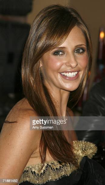 """Actress Sarah Michelle Gellar poses at """"Haute Shopping Soho"""" hosted by Marie Claire at the loft of Henry Buhl September 13, 2006 in New York City."""