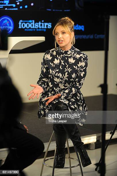Actress Sarah Michelle Gellar rings the Nasdaq closing bell from the Nasdaq Entrepreneurial Center on January 11 2017 in San Francisco California