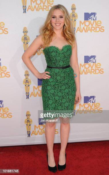 Actress Scarlett Johansson arrives at the 2010 MTV Movie Awards Arrivals at Gibson Amphitheatre on June 6, 2010 in Universal City, California.