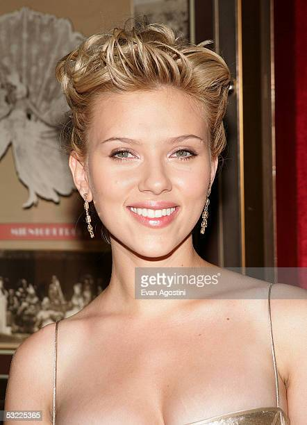 2 261 Scarlett Johansson Updo Photos And Premium High Res Pictures Getty Images