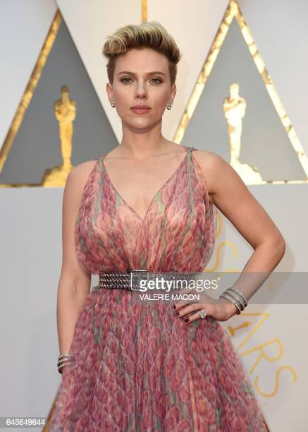 US actress Scarlett Johansson poses as she arrives on the red carpet for the 89th Oscars on February 26 2017 in Hollywood California / AFP / VALERIE...
