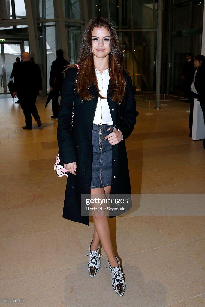 Louis Vuitton : Front Row  - Paris Fashion Week Womenswear Fall/Winter 2016/2017 : News Photo