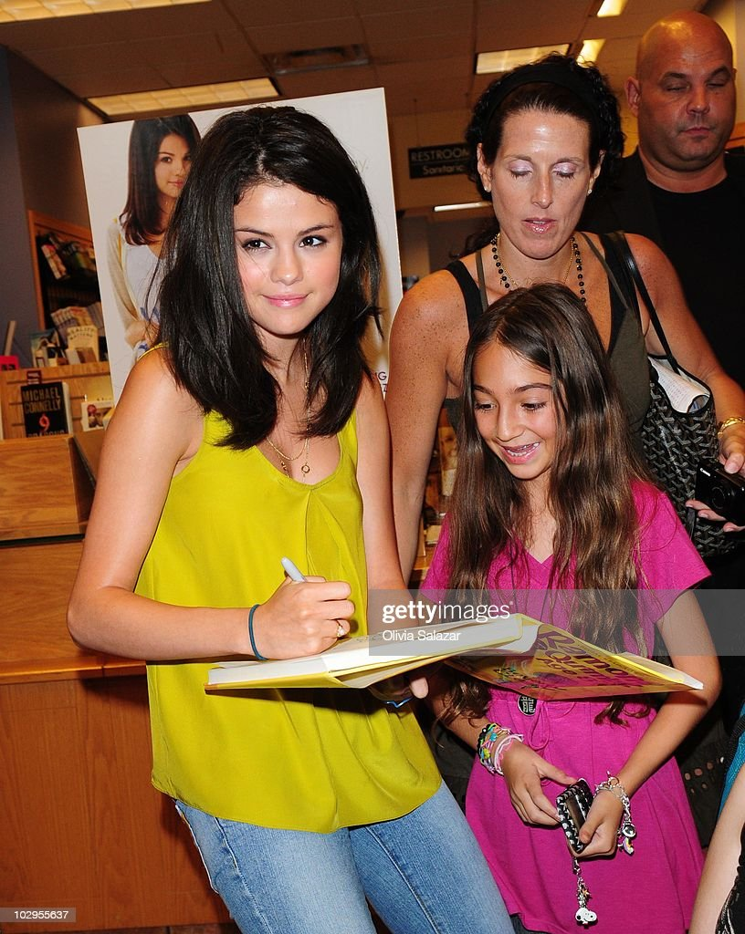 Photos et images de selena gomez and joey king fan meet and greet actress selena gomez meet and greet fans to promote movie ramona beezus at kristyandbryce Choice Image