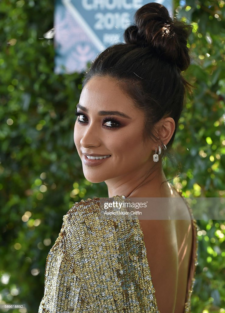 Actress Shay Mitchell arrives at the Teen Choice Awards 2016 at The Forum on July 31, 2016 in Inglewood, California.