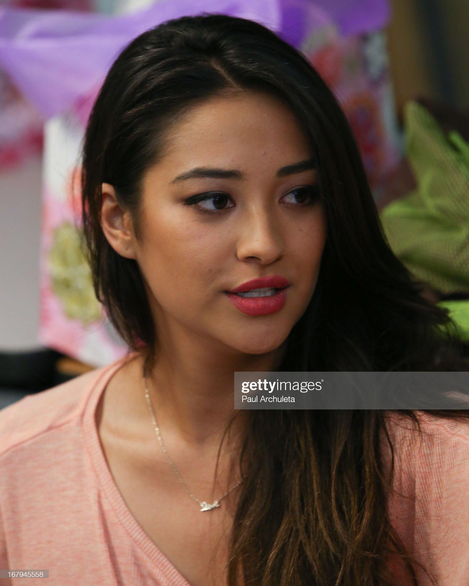 DEBATE sobre belleza, guapura y hermosura (fotos de chicas latinas, mestizas, y de todo) - VOL II - Página 7 Actress-shay-mitchell-joins-girl-power-day-to-help-teenage-girls-step-picture-id167945558?s=2048x2048