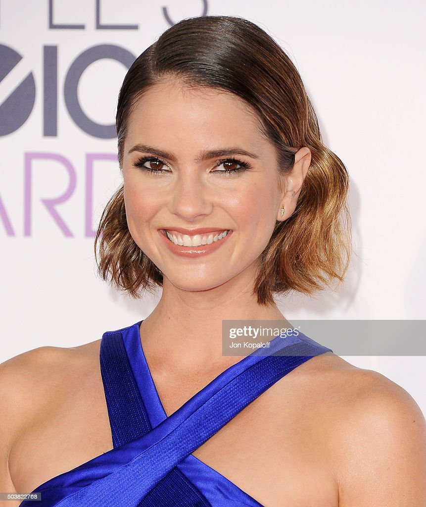 Actress Shelley Hennig arrives at People's Choice Awards 2016 at Microsoft Theater on January 6, 2016 in Los Angeles, California.